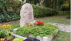 urnengrab mit grabstein findling felsen aus naturstein