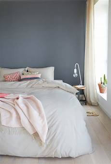 wandfarbe blau schlafzimmer ein h 252 bsches blau grau als wandfarbe im schlafzimmer www