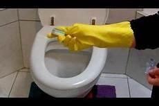 toilette reinigen ablagerungen teilweise bilden sich braune bel 228 ge im wc die durch einfaches putzen nicht mehr zu l 246 sen sind