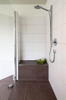 dusche mit sitzbank begehbare dusche graue fliesen in betonoptik geflieste sitzbank begehbare dusche mit
