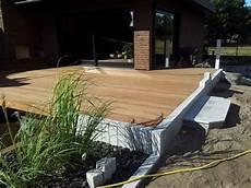 Terrasse Mit Holz Und Stein - holzterrassen und holzfliesen