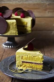crema pasticcera con crema di pistacchio torta con pan di spagna crema leggera profumata al pistacchio e frutti rossi