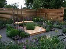 kleingarten anlegen sitzecke gestalten modern blumen
