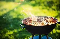 gril de barbecue avec le feu photo stock image du pique