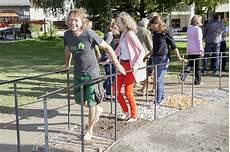 idealloesung fuer den barrierefreien garten das unterfahrbare tiroler gartengestalter lehrlinge realisieren