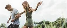 romantisches date zu hause 15 ideen f 252 r ein romantisches date zu hause eatmovefeel