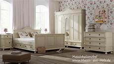 schlafzimmer holz weiß kleiderschrank im landhausstil f 252 r ihr schlafzimmer