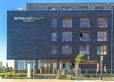 Hotel Strandgut St - strandgut seitenansicht mit eingang zum deichkind