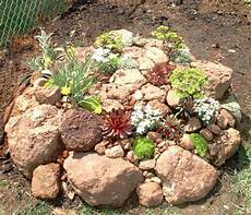 kleinen steingarten anlegen stein dekoration mit kleinen pflanzen im garten 53