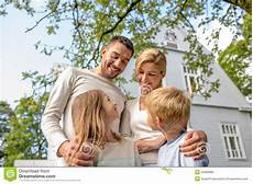 eine glückliche familie happy family in front of house outdoors stock photo