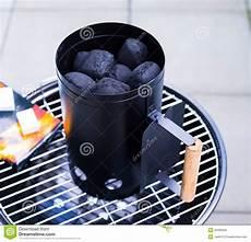 holzkohle im kamin grill holzkohle kamin starter lizenzfreies stockfoto