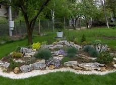 steingarten anlegen ideen steingarten anlegen ziergraeser weisser splitter umrandung