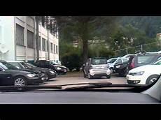 donna al volante pericolo costante donna imbranata al volante di una smart