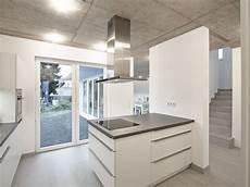 küchen grau weiß halboffene k 252 che in grau und wei 223 bauemotion de