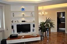 parete con mensole foto parete in cartongesso allestita per tv e con mensole