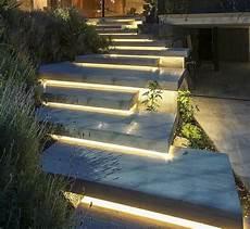 Led Beleuchtung Garten - betonplatten asymmetrisch velegt mit led beleuchtung in