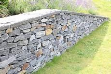 steinmauer selber machen trockenmauer selber bauen anlegen und bepflanzen