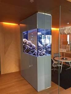 aquarium als raumtrenner meerwasser aquarium als raumteiler in gro 223 raumb 252 ro