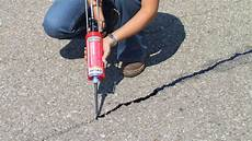 asphalt risse ausbessern fugenverguss kalt asphaltfugen ausbessern mit refug