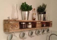 palettenregal selber bauen diy wandregal aus europaletten europalette kitchen