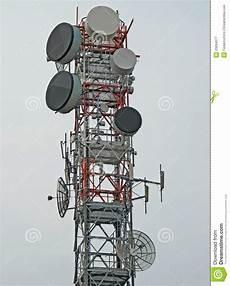 traliccio antenna traliccio con l antenna per la ripetizione immagine stock