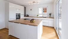 moderne küche mit kochinsel helle moderne k 252 che mit kochinsel minimalistisch