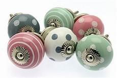 pomelli per comodini set misto di pomelli per cassetti e comodini in ceramica