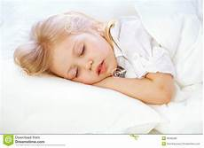 le portrait d une fille va au lit enfonce dort