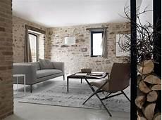 tapisserie effet papier peint imitation dans un salon avec effet
