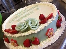 torta con crema pasticcera e panna montata torta di compleanno in pan di spagna farcita di crema pasticcera e fragole e ricoperta di panna