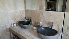 cr 233 ation d une salle de bain en travertin de a 224 z