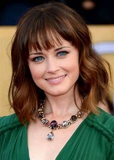 hairstyles for big foreheads and curly hair medium wavy haircut with air bangs frisuren