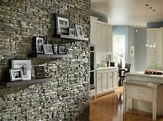 wandgestaltung mit regalen regale mit fotos an der wand aus stein moderne