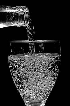 bilder in glas wasserglas foto bild wasser schwarz glas bilder auf