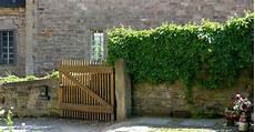 hässliche blumenkübel verschönern green walls wall greening with and without climbing trellis