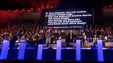 weihnachtsstimmung im stadion tausende singen quot stille