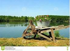 Vieille Brouette De Roue En Bois Photo Stock Image 23489000