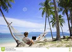 amaca sul mare uomo di affari lavora ad un computer portatile in