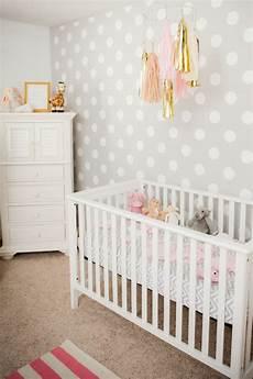 tapete kinderzimmer neutral polka dot nursery baby nursery polka dot nursery