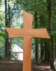 comment choisir et installer une croix en bois sur la tombe
