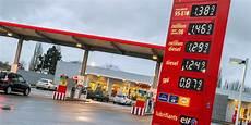 prix carburant la hausse des prix des carburants se poursuit en