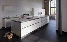 küchendesign mit kochinsel moderne k 252 che mit kochinsel aus wei 223 em mattlack k 252 che