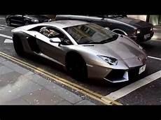 voiture de luxe les fils des emirs du golfe jouent avec les voitures de
