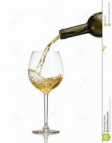 verre vin blanc vin blanc 233 tant vers 233 dans le verre de vin photo stock image du d 238 ner c 233 l 233 brez 47097406