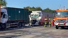 Fahrer Stirbt Bei Lkw Karambolage Autofahrer Wendet In