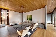 plafond lambris bois lambris bois plafond associ 233 au sol dans une maison design