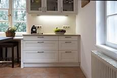 küche landhaus weiß landhaus einbauk 252 che systema 6035 weiss k 252 chenquelle