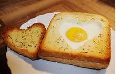 eier im backofen eier im toastbrot mit rosmarin butter rezept mit bild