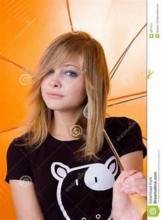 Junge Mädchen Bilder - das junge sch 246 ne m 228 dchen unter regenschirm stockbild