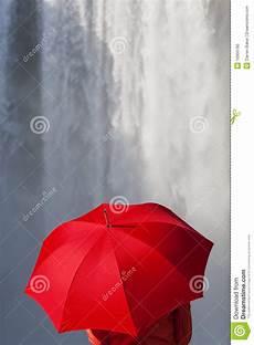 Gratis Malvorlagen Regenschirm Island Frau Mit Einem Roten Regenschirm Vor Einem Wasserfall